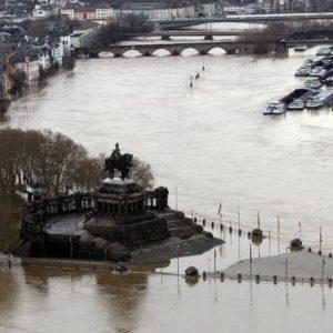 Am Zusammenfluss von Rhein und Mosel umspült das Wasser das Deutsche Eck. (Foto: dpa)