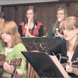 """Musikalisch unterhalten wurden die SPD-Senioren im Gasthaus """"Zum Goldenen Hecht"""" von älteren """"Tonleiterspatzen"""". (Foto G. Scheland)"""
