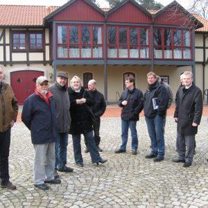 SPD Fraktionen auch Rahden und Uchte auf dem Färberplatz im Ortszentrum. Im Hintergrund das Dorfgemeinschaftshaus.