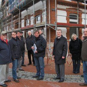 SPD Fraktionen aus Rahden und Uchte vor der ehemaligen Gaststätte Hofmeister, die zu einer Arztpraxis umgebaut wird.