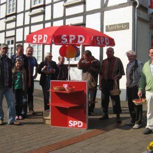 Die SPD Rahden verteilt rote Ostereier in Rahden.
