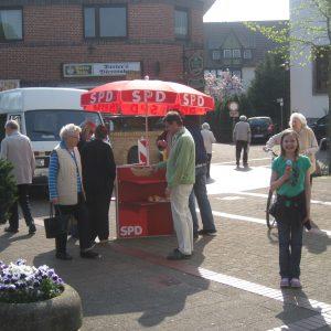 Der rote Infotisch der Rahdener SPD in Aktion.
