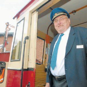 Hat das Sagen: Vor 20 Jahren fuhr Günter Lückemeier den Eröffnungszug. Auch im Sonderzug zum 20. Jubiläum war er wieder Zugführer. Vorspann leistete dem Triebwagen die kleine Verschublok. FOTOS: JOERN SPREEN-LEDEBUR