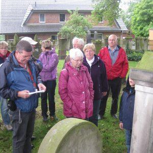 Teilnehmer der SPD-Sommertour auf dem Jüdischen Friedhof in Alt-Espelkamp.
