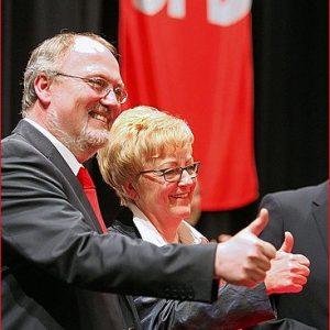 Doppel-Daumen hoch: Ernst-Wilhelm Rahe und Inge Howe wollen die Direktmandate für die Wahlkreise Minden-Lübbecke I und II holen. Die Mindenerin hat es schon drei Mal geschafft. Foto NW