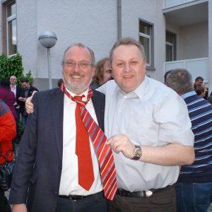 Glückwünsche und Rahdener SPD Krawatte als Geschenk für Ernst-Wilhelm Rahe
