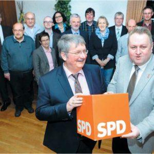 Packen für die SPD an: Friedrich Schepsmeier (vorn; l.) und Torsten Kuhlmann setzen auf einen engagierten Wahlkampf und einen Zugewinn bei den Ratsmandaten. Die Bewerber für die Direktmandate wurden gewählt und denen gratulierte auch Ralf Niermann. (NW)