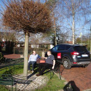 2014-04-06 Probesitzen auf der Rundbank in der Hasenheide