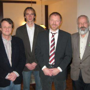 Horst-Wilhelm Bruhn (SPD), Axel Griepenstroh (von links), Winrich Dodenhöft (Grüne/rechts) stellen Dieter Gronert vor.