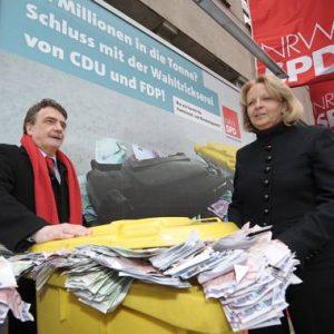 """Millionen Euro werden für einen Extra-Kommunalwahltermin vergeudet - so sehen es SPD-Landeschefin Hannelore Kraft und ihr Generalsekretär Michael Groschek. Die SPD betreibt mit den """"Wahltricksereien"""" der Koalition Vorwahlkampf. (Bild: dpa)"""