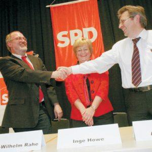 Hand in Hand: Die Minden-Lübbecker haben die heiße Phase des Wahlkampfes eröffnet. Für den Bundestag kandidiert Achim Post (r.). Er schüttelt Ernst-Wilhelm Rahe die Hand, der Nachfolger von Karl-Heinz Haseloh (l.) im NRW Landtag werden.