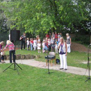 Leiterin Birgit Bordewisch begrüßt Eltern und Gäste u. d. Kinder uns mit einem Lied