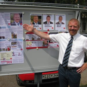 Dieter Gronert präsentiert Flyer und Plakat im Schaukasten der Rahdener Sozialdemokraten.
