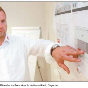Unternehmer Mario Heinzig zeigt Pläne des Neubaus einer Produktionsstätte in Diepenau. Foto: Arndt Hoppe