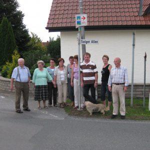 Anwohner vor dem Straßenschild