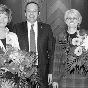 Das sind die beiden neuen Stellvertreterinnen von Landrat Dr. Ralf Niermann (Mitte): links Kirstin Korte (CDU / 54 Jahre), rechts Birgit Härtel (SPD / 55 Jahre). Foto: Erwin Eisfeld