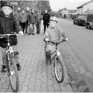 Lange genug gewartet: Rico (10, l.) und Ronja (6) freuen sich ebenso auf den Radweg wie Wolfgang Henke (v. l.), Martina Berner, Torsten Kuhlmann, Christian Asche, Bianca Winkelmann und Hermann Seeker. FOTO: JOERN SPREEN-LEDEBUR