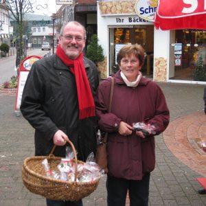 Landtagskandidat Ernst-Wilhelm Rahe verteilt Weihnachtstüten in der Rahdener Innenstadt.