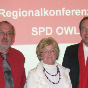 Landrat Dr. Ralf Niermann (rechts) gratuliert den beiden Landtagskandidaten Inge Howe und E.-Wi. Rahe