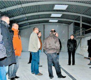 Noch im Rohbau: Feuerwehrausschuss-Vorsitzender Günter Meyer (r.) begrüßte die Ausschussmitglieder in der Fahrzeughalle des im Bau befindlichen Feuerwehrgerätehauses. FOTO: MANFRED LAMPE