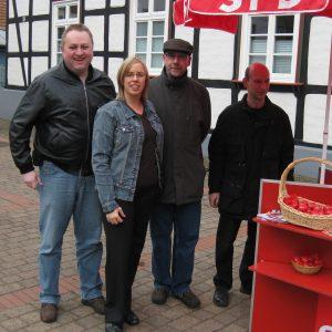 Jusochefin Julia Schubert unterstützt Rahdener Sozialdemokraten am Osterinfostand.