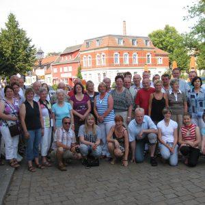 Starkes Team: Mehr als 40 Bürger aus Rahden haben am Wochenende die Partnergemeinde Glindow besucht und das Jubiläum gefeiert. Auf dem Marktplatz der Stadt Werder (Havel), zu der Glindow heute gehört, stellte sich die Delegation zu einem Erinnerungsfoto.