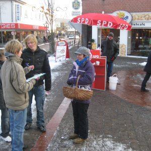 Jugendliche im Interview mit Dorothee Brandt am Winterinfostand der Rahdener SPD.
