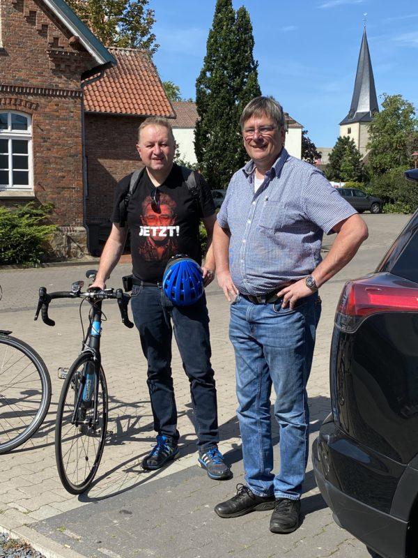 Högemeier und Kuhlmann mit Rad durch Rahden (Bild 1)