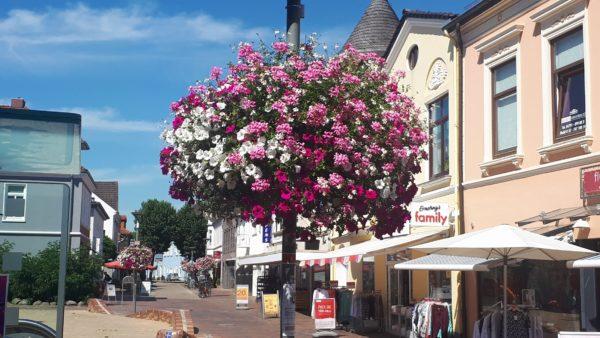 Blumenkübel an Laterne (Beispiel aus Osterholz-Scharmbeck)