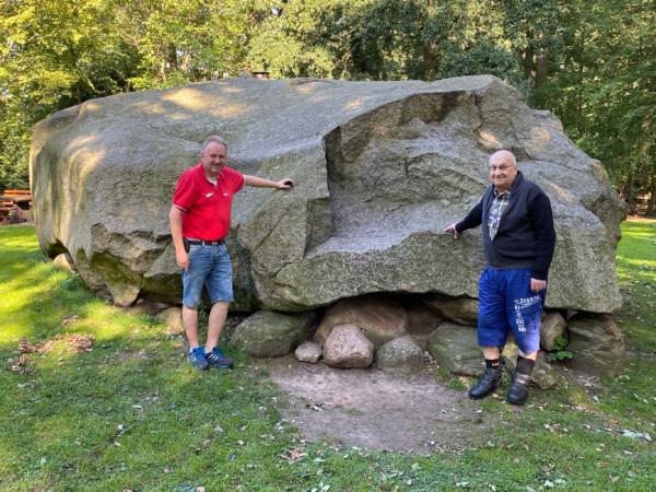 Torsten Kuhlmann und Reinhard Stuck am großen Stein in Tonnenheide
