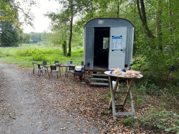 Frühstück im Speukebusch am Bauwagen